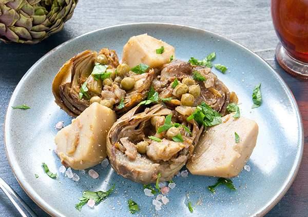 Alcachofas y patatas al vapor con guisantes, cebolla y perejil