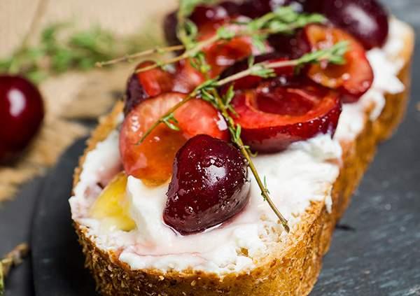 Tostada-multicereal-de-queso-ricotta-y-cerezas-IND-recetas