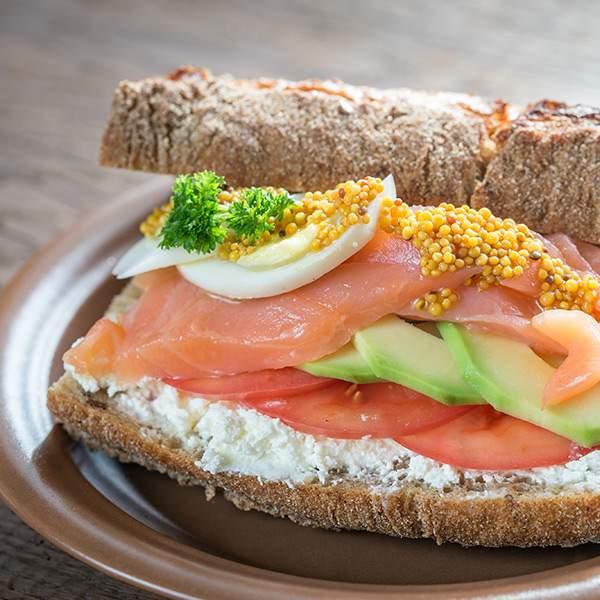 Bocadillo-de-salmon-ahumado-huevo-queso-de-untar-light-aguacate-y-tomate-recetas-IND