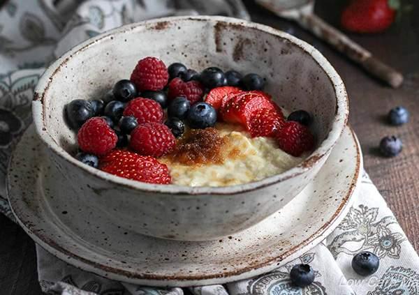 Porridge-de-copos-de-avena-con-bebida-de-almendras-y-frutos-rojos-recetas-IND