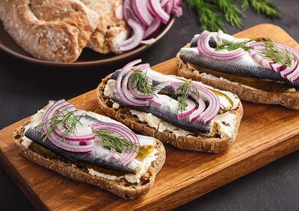Tostada-integral-con-queso-para-untar-boquerones-en-vinagre-y-cebolla-recetas-IND