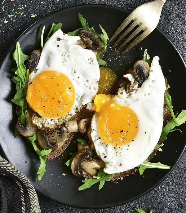Tostada-de-centeno-con-champiñones-salteados,-huevo-a-la-plancha-y-rucula-recetas-IND