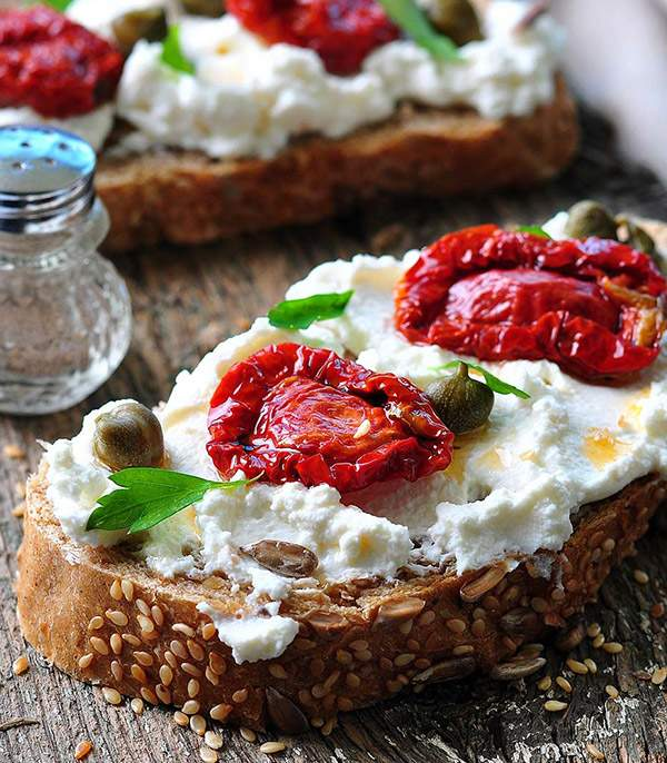 Tostada-multicereal-de-requesoon-con-tomates-secos-y-alcaparras-recetas-IND