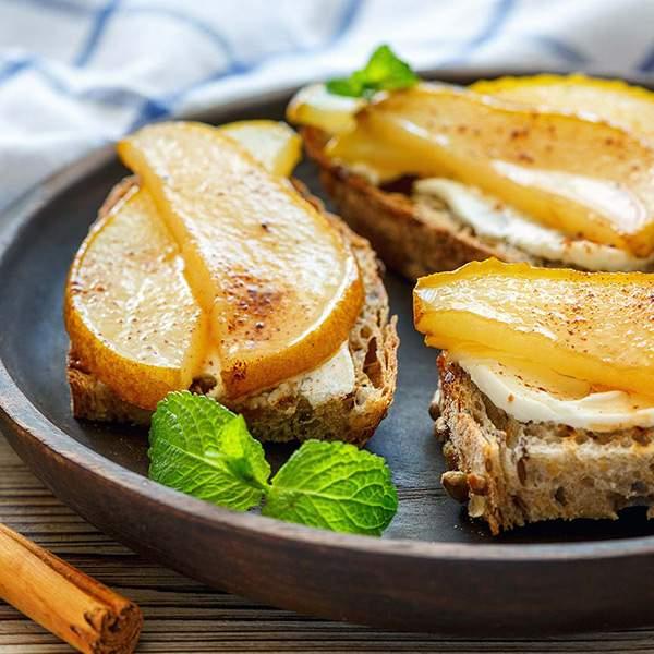 Tostada-integral-de-queso-de-untar,-pera-y-miel-recetas-IND