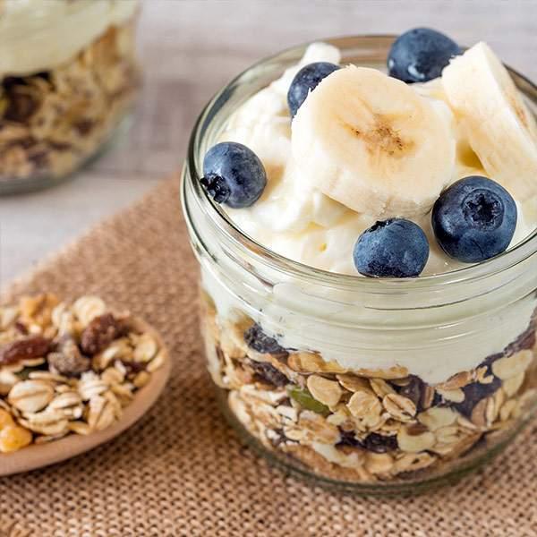 Recetas-yogur-con-muesli-arandanos-y-platano-IND